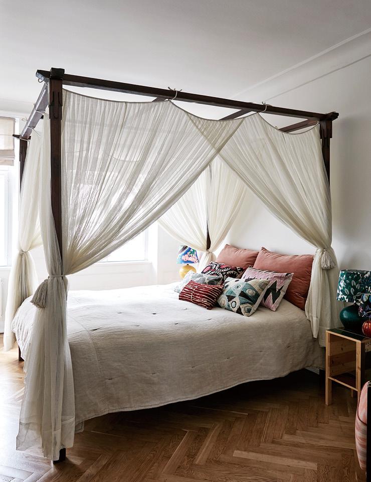 침실에 자리한 대형 캐노피 침대는 부모에게 물려받은 것. 침대 옆에는 피에트 하인 이크가 디자인한 스툴과 램프가 있다.