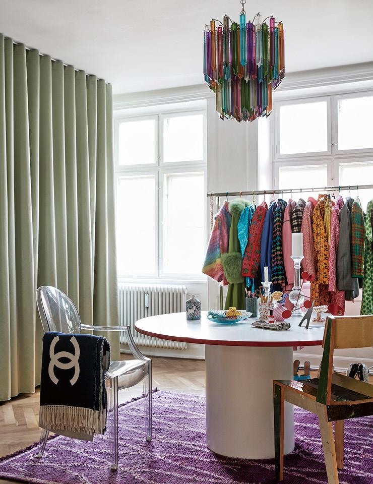 드레스 룸의 전경. 시선을 붙드는 천장의 빈티지 램프는 무라노에서 만든 것으로, 루비 아틀리에에서 구입했다. 의자는 카르텔(Kartell) 제품으로 에밀리가 10대 때부터 가지고 있던 것.