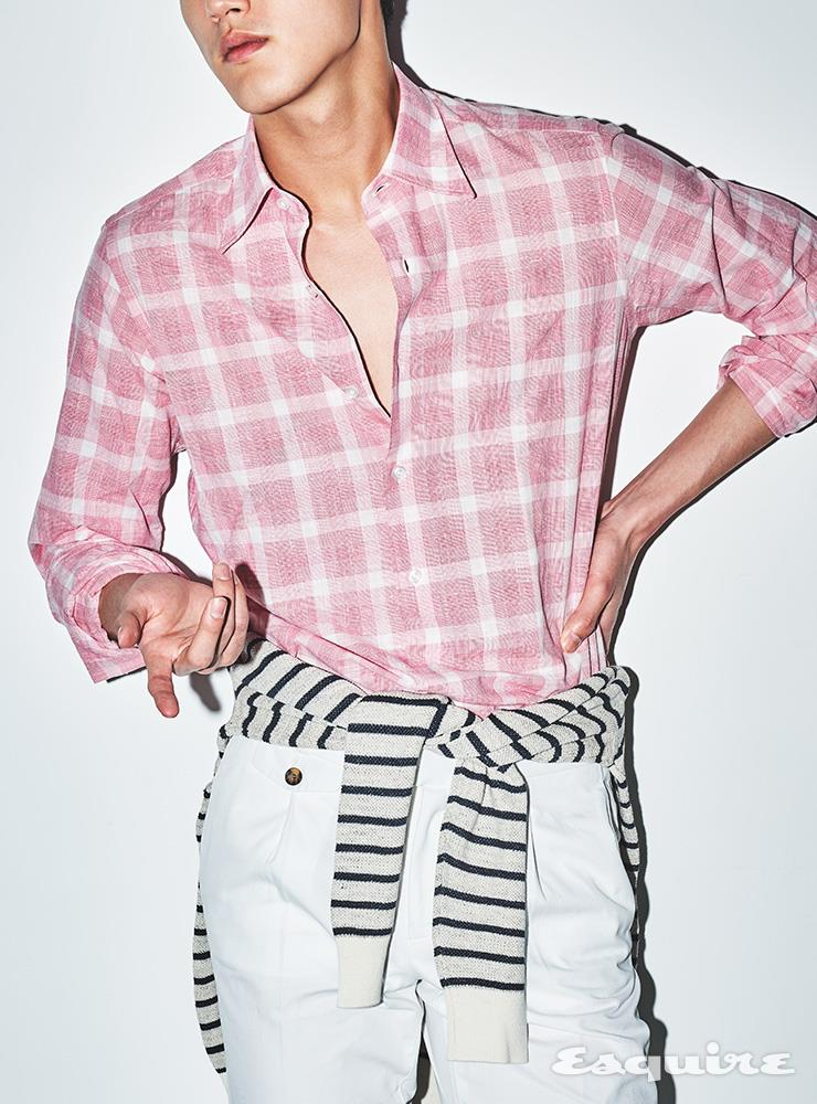 핑크 체크 패턴 셔츠 36만6000원 오리안 by 샌프란시스코 마켓. 스트라이프 니트 풀오버 15만9000원, 화이트 코튼 리넨 팬츠 25만9000원 모두 수트서플라이.