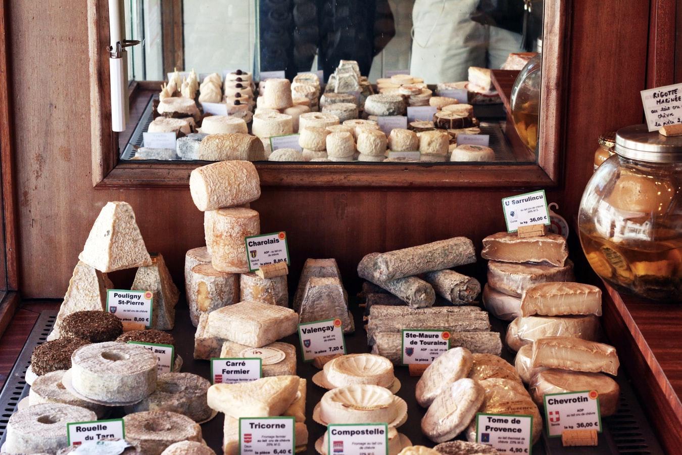 골목골목마다 귀여운 치즈 가게가 가득하다. Elisa Michelet on Unsplash