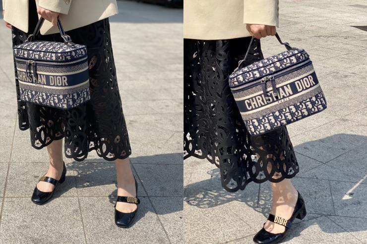 블루 오블리크 자카드 소재의 베니티 백은 Dior