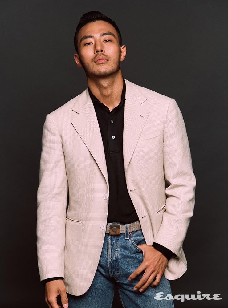 재킷, 폴로 셔츠 모두 에스코티지. 데님 팬츠 빈티지 리바이스. 벨트 빈티지 에르메스.