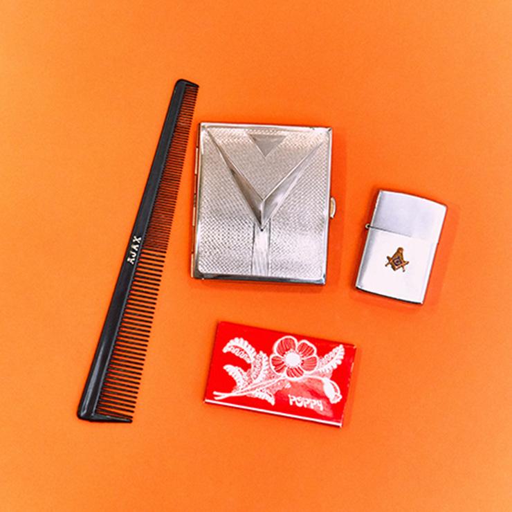 라이터, 담배 케이스, 종이 담배, 빗 모두 직접 모은 빈티지 제품이다.