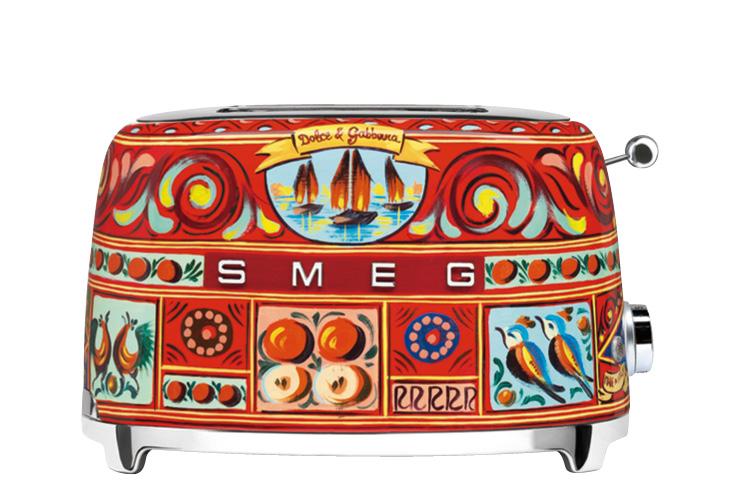 돌체 앤 가바나와의 협업으로 시칠리아 전통 문양을 더한 토스터는 75만원, Smeg.