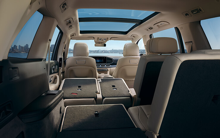 이전 모델 대비 87mm 더 넓어진 2열 레그룸으로 한층 넓은 뒷좌석 실내 공간을 제공하는 The new GLS.