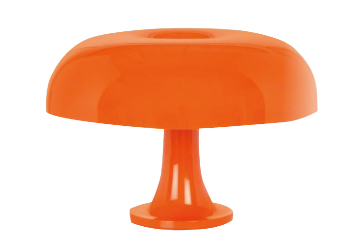 20세기를 대표하는 조명 디자인으로 모아 뮤지엄에 영구 소장된 반짝이는 오렌지 테이블 램프 '네쏘'는 69만원, Artemide by Rooming.