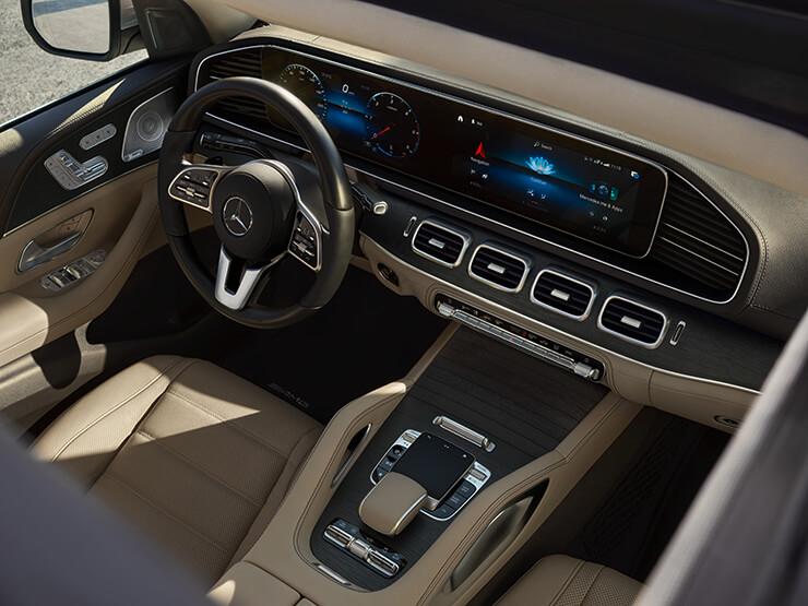 고급스러운 소재의 새로운 스티어링 휠과 인포테인먼트 시스템인 MBUX를 탑재하여 시각화와 단순화를 통해 운전자의 편리성을 보여주는 혁신적인 기술의 결합.