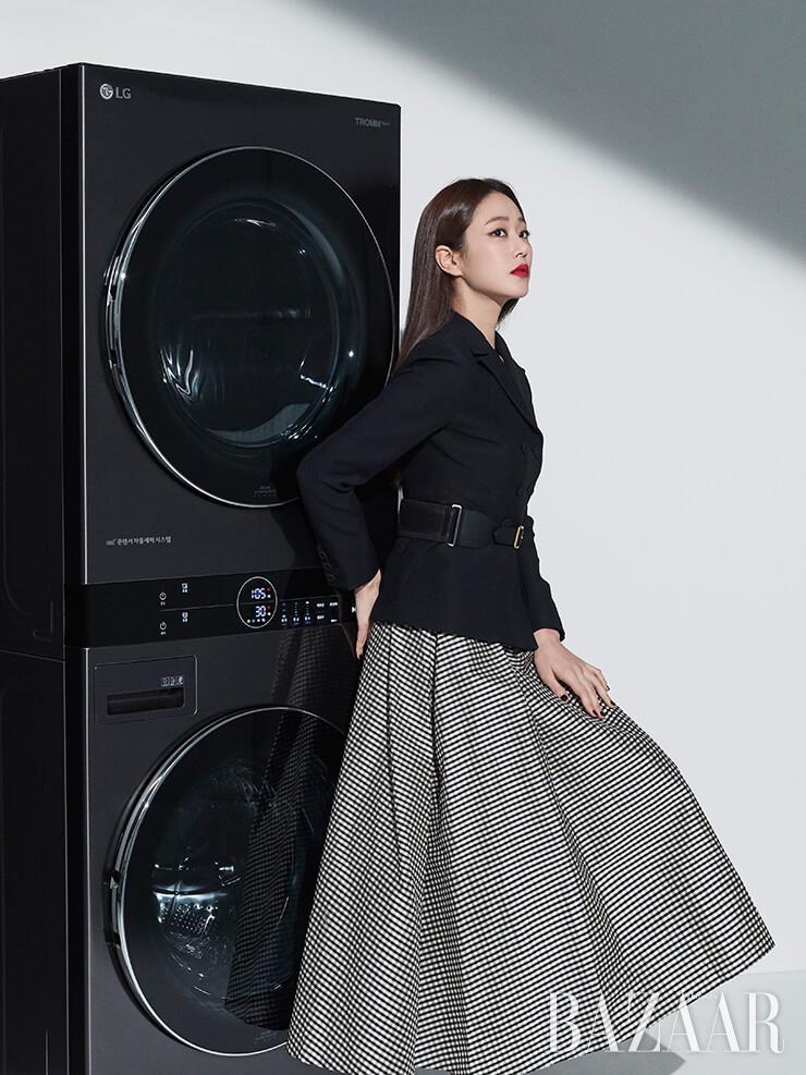 우아한 블랙 재킷과 벨트, 체크 튜브톱 드레스 모두 디올(Dior), 실버 슈즈는 로저비비에(Roger Vivier).