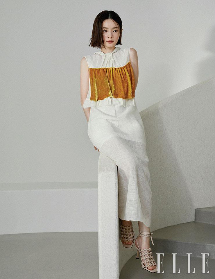 벨벳 소재를 덧댄 리넨 드레스는 Prada. 네트 디자인의 샌들은 Monobabie.