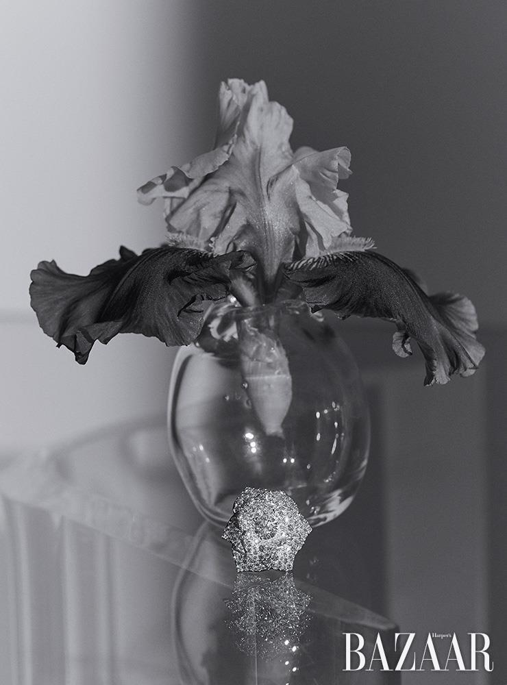 장미꽃 모티프의 다이아몬드가 장식된 '라임라이트 가든 파티 링'은 Piaget.