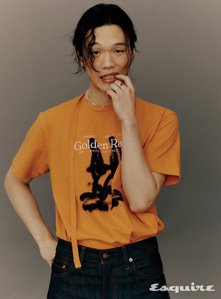 그라피티 프린트 티셔츠 43만원 오프화이트. 셀비지 데님 팬츠 24만9000원 리바이스 빈티지 클로딩. 실버 체인 목걸이 가격 미정 오네. 귀걸이, 반지 모두 모델 소장품.