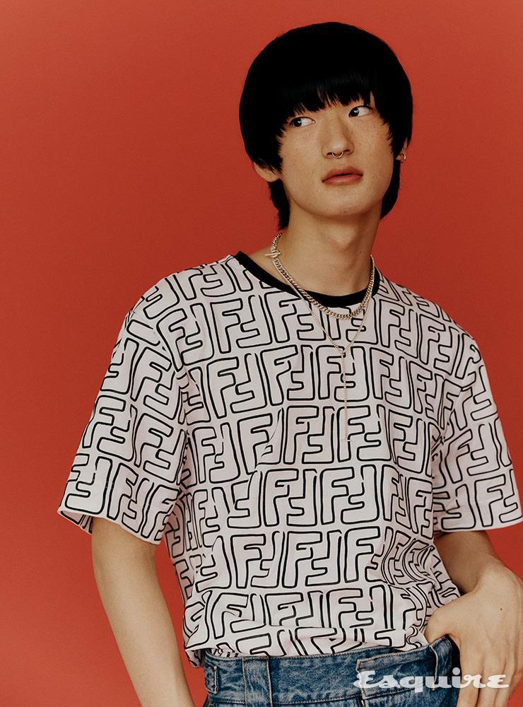 로고 티셔츠 가격 미정, 데님 팬츠 145만원 모두 펜디. 실버 이어커프 3만9000원, 굵은 체인 목걸이, 가는 체인 목걸이 모두 가격 미정 오네. 실버 노즈커프 에디터 소장품.