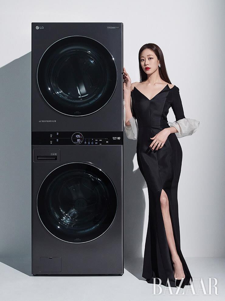 구조적인 디테일의 블랙 드레스는 퍼블리카(Publika), 블랙 스틸레토 힐은 크리스찬 루부탱(Christain Louboutin), 이어링은 잇츠(Its).