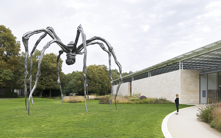 〈Maman〉, 1999, Bronze, stainless steel, and marble 927.1x891.5x1023.6cm Collection The Easton Foundation. «Louise Bourgeois - To Unravel a Torment» Installation view museum Voorlinden Photo: Antoine van Kaam Glenstone Museum, Potomac, Maryland Louise Bourgeois ⓒ The Easton Foundation/VAGA at Artists Rights Society(ARS), NY/Pictoright, Amsterdam 2019.
