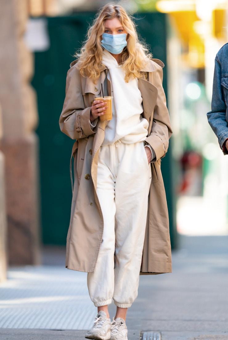 트렌치코트 하나만 걸쳤을 뿐인데 트랙수트를 외출복으로 변신시킨 모델 엘사 호스크. 자칫 답답해 보일 수 있는 스타일이 멋스러워 보이는 이유는 살짝 드러낸 발목 덕분!