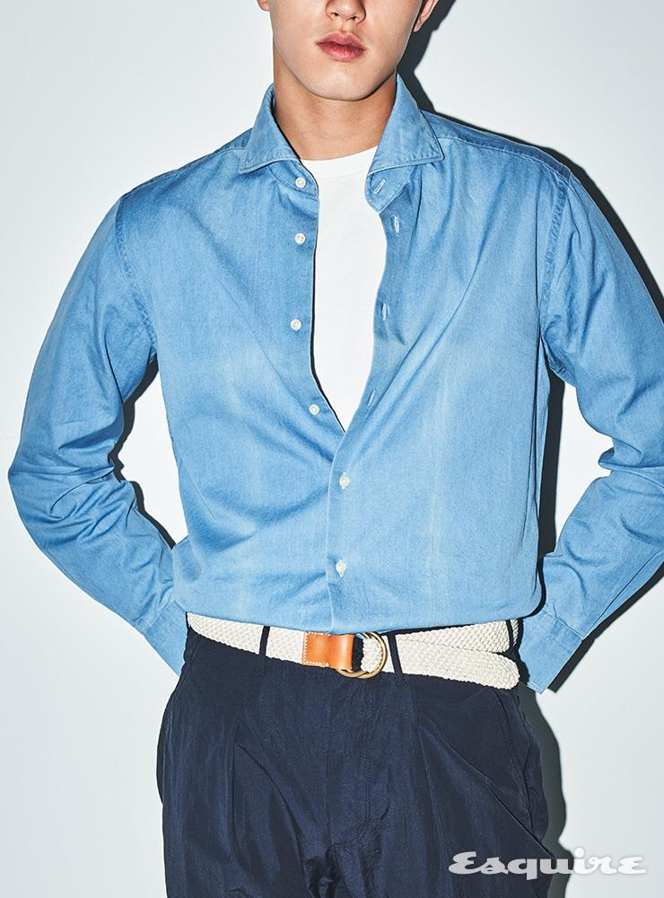 블루 샴브레이 셔츠 14만9000원 수트서플라이. 화이트 톱 8만9000원 리바이스 빈티지 클로딩. 네이비 팬츠 15만9000원 더 레스큐. 벨트 17만9000원 산타 트리니타 by 샌프란시스코 마켓.
