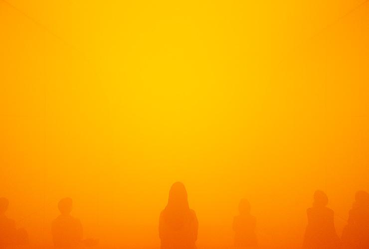 회현동의 전시 공간 피크닉이 기획한 〈명상〉 전시의 마지막 실내 공간에서는 뿌연 연기가 서린 주황색 방에서 눈을 감고 잠시 명상에 빠져볼 수 있다. ©Piknic/GLINT