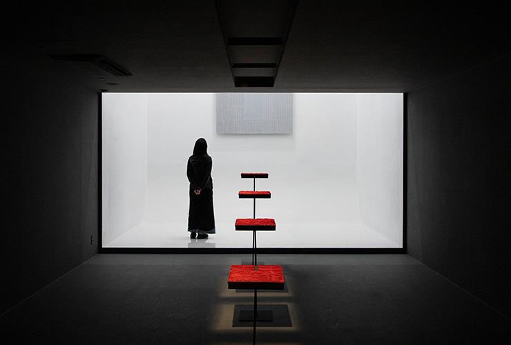 한국 미술의 거장 박서보와 신진 아티스트 원 오브 제로가 협업한 작품 〈원 오브 제로〉가 전시된 공간. ©Piknic/GLINT