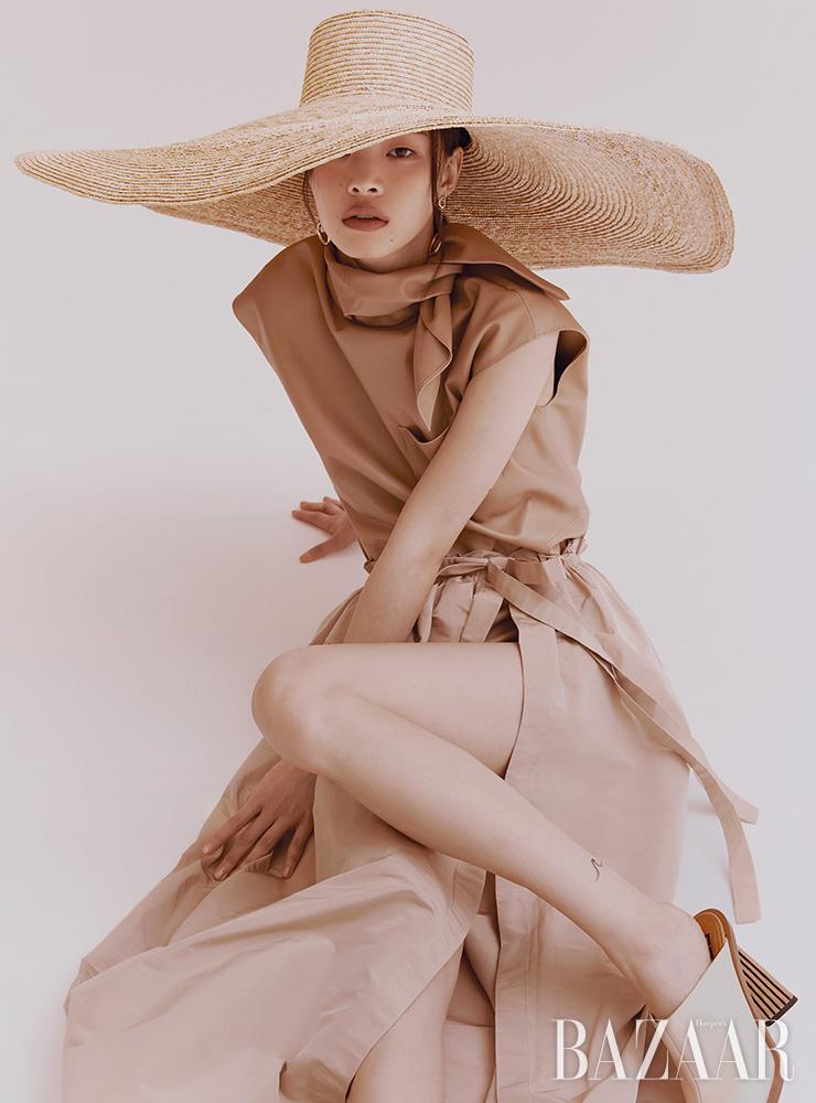 모자는 14만5천원 Nuhat. 톱, 스커트, 뮬은 모두 가격 미정 Givenchy. 귀고리는 22만원 L'eclat.