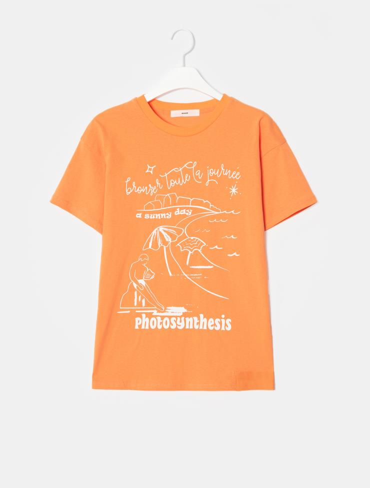 휴양지를 떠올리게 하는 드로잉 프린트의 티셔츠는 11만5천원, Beaker.