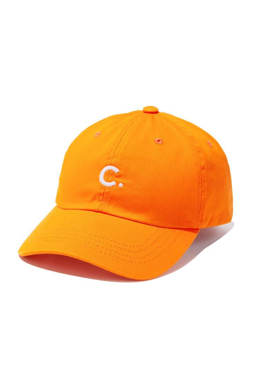 캐주얼한 데일리 룩에 포인트로 제격인 오렌지 컬러의 볼 캡은 3만9천원, Clove.