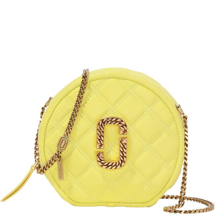 골드 컬러의 체인 모티프 로고와 퀼팅 디테일을 더한 레몬 컬러 탬버린 백은 86만원, Marc Jacobs.