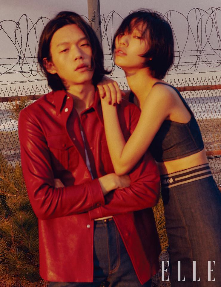 신신이 입은 레더 셔츠는 4백80만원, 데님 팬츠는 1백14만원, 모두 Gucci. 희정이 입은 데님 뷔스티에와 스커트는 가격 미정, 모두 Dolce & Gabbana.