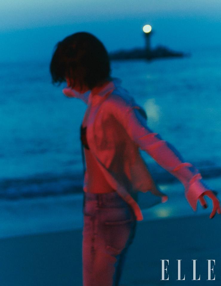 크리스털로 장식한 셔츠와 데님 팬츠는 가격 미정, 모두 Saint Laurent by Anthony Vaccarello. 브라톱은 1백40만원, Gucci.