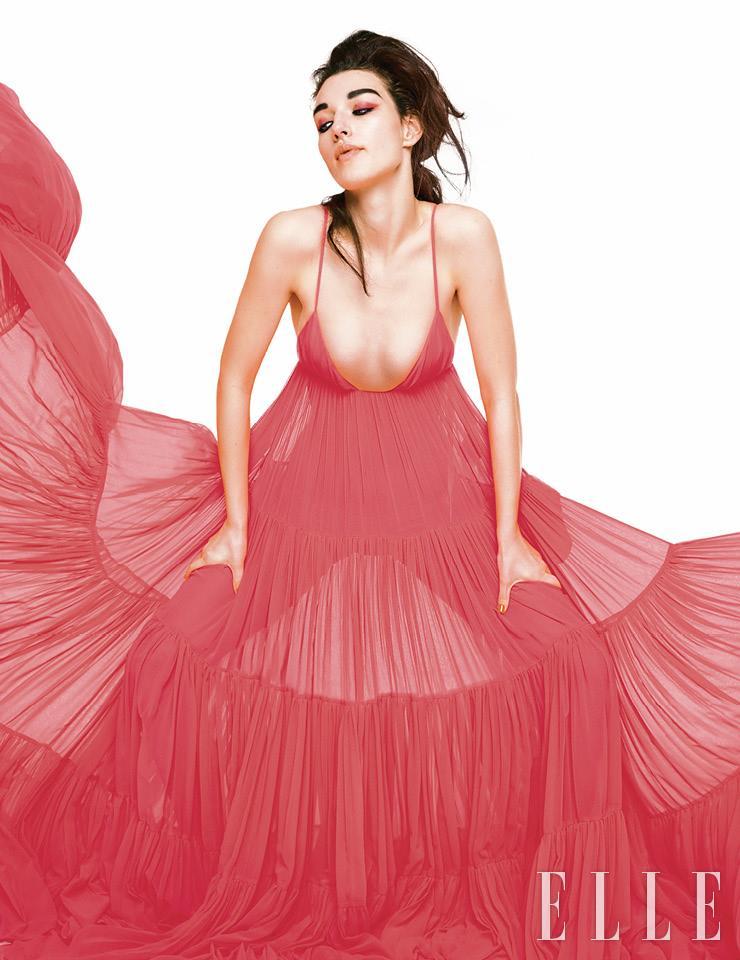 시어한 플리츠 드레스는 5550파운드, Valentino.