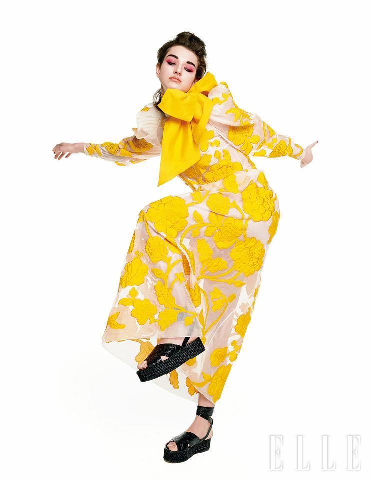 꽃 자수 장식의 드레스는 4795파운드, Erdem. 스카프와 샌들은 모두 스타일리스트 소장품.