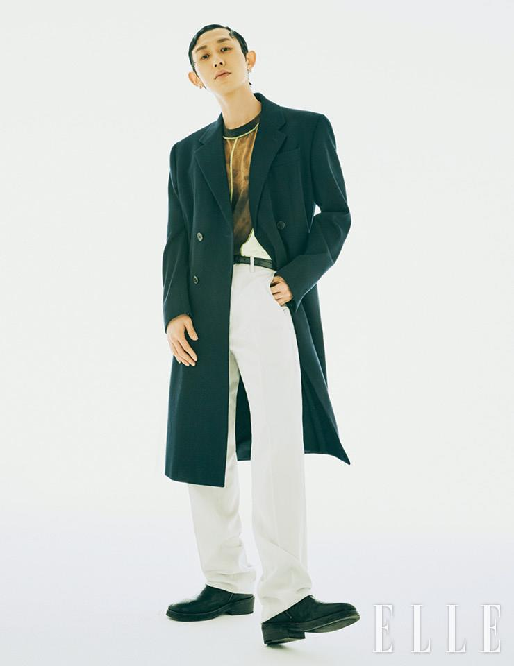 코트는 Prada. 팬츠는 Dior Men. 티셔츠와 이어링, 부츠는 모두 아티스트 소장품.