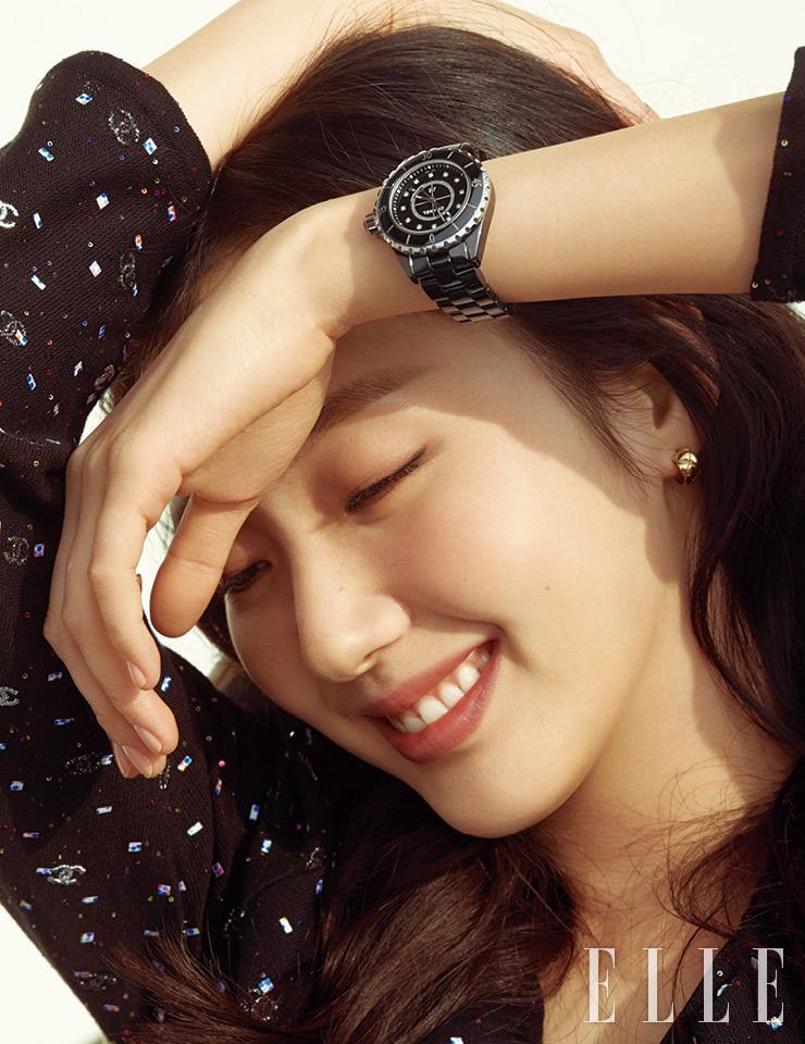 12개의 다이아몬드 인디케이터가 세팅된 다이얼의 블랙 J12 워치, 18K 옐로골드 코코 크러쉬 이어링은 모두 Chanel Watches & Fine Jewelry.
