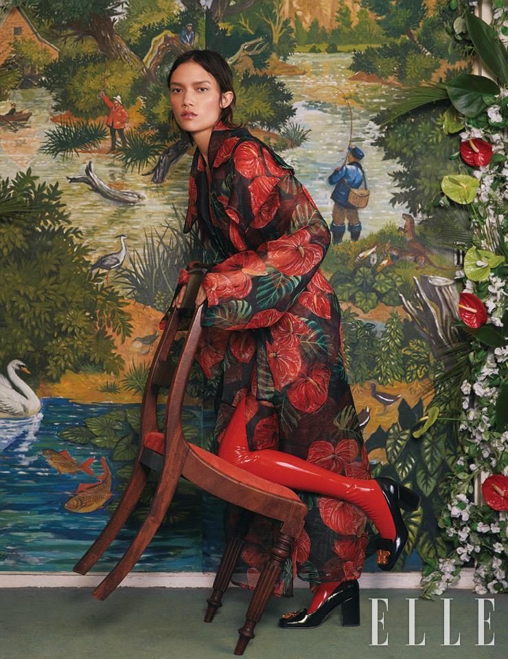 이국적인 플라워 패턴 코트는 2350파운드, 셔츠는 845파운드, 모두 Dolce & Gabbana. 슈즈는 798파운드, Valentino.