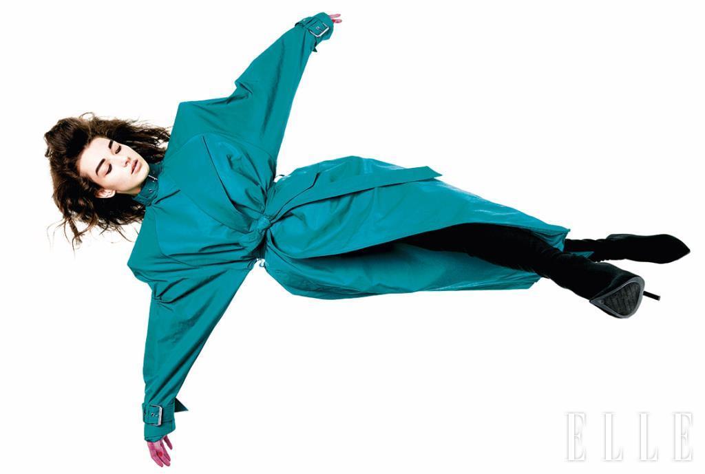 파워 숄더 장식의 트렌치코트와 사이하이 부츠는 가격 미정, 모두 Balenciaga.