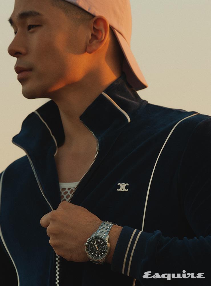 벨루어 저지 재킷, 메시 톱 모두 가격 미정 셀린느. 볼캡 가격 미정 폴로 랄프 로렌. 폴라리스 크로노그래프 가격 미정 예거 르쿨트르.
