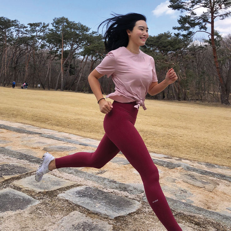 Workout : 매일 5km의 조깅 후 스쿼트와 런지 등 하체 위주의 근력 운동, 가끔 하는 마라톤 완주와 주말 등산으로 건강한 보디를 유지한다.