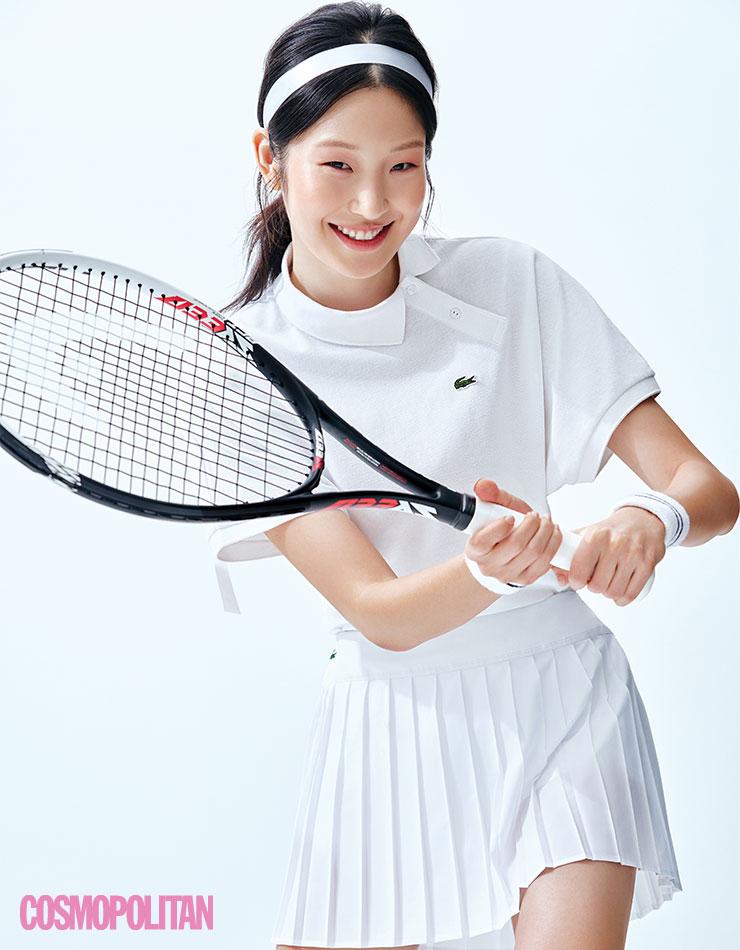 폴로셔츠 16만9천원, 테니스 스커트 13만9천원 모두 라코스테. 손목 밴드 9천원 휠라. 테니스 라켓 가격미정 헤드. 리본 에디터 소장품.