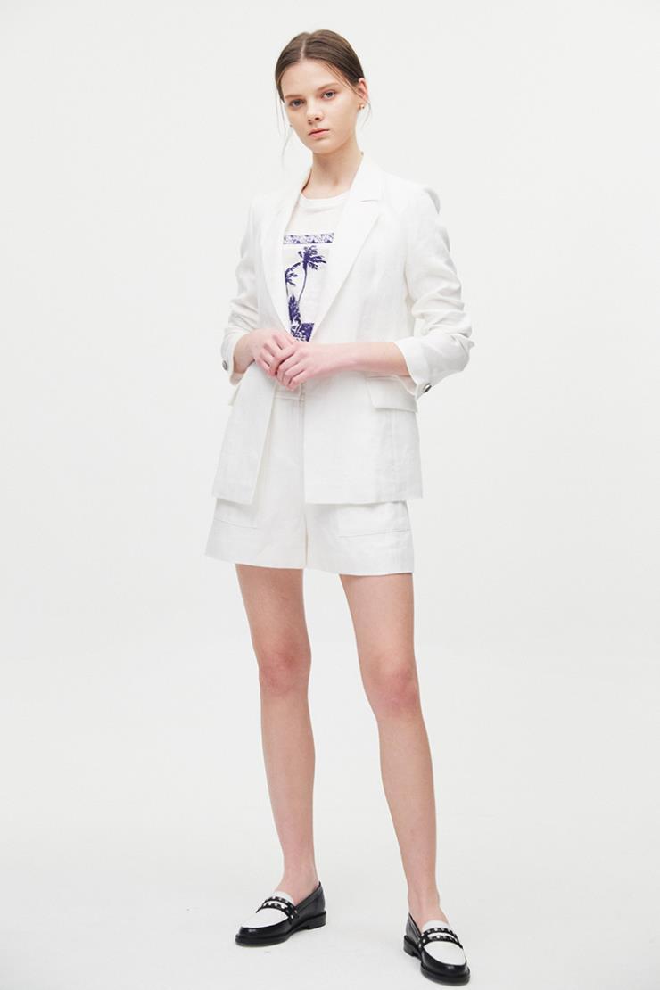 다양한 스타일에 활용하기 좋은 베이식한 디자인의 화이트 재킷은 54만9천원, Claudie Pierlot.