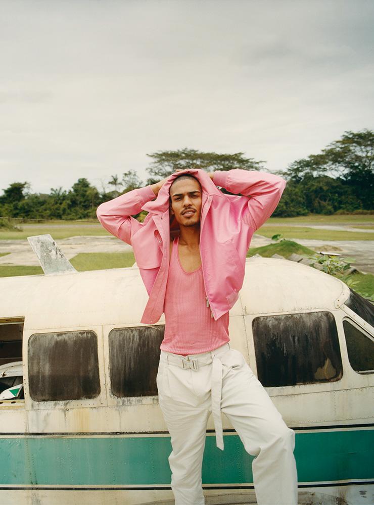 핑크 보머 재킷, 탱크톱, 벨트가 달린 팬츠 모두 디올 맨.