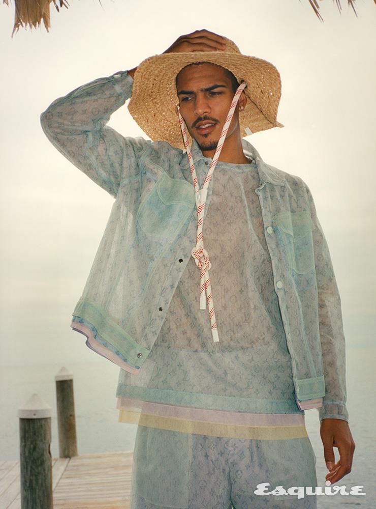 반투명 모노그램 재킷, 티셔츠, 쇼츠, 가드닝 해트 모두 루이 비통.