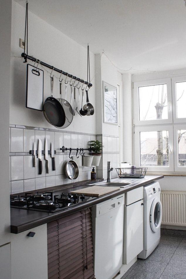 설거지 후엔 그릇, 도마, 칼, 행주 등을 최대한 겹치지 않게 두고 공기 중에서 잘 말릴 것. Dinh Ng on Unsplash