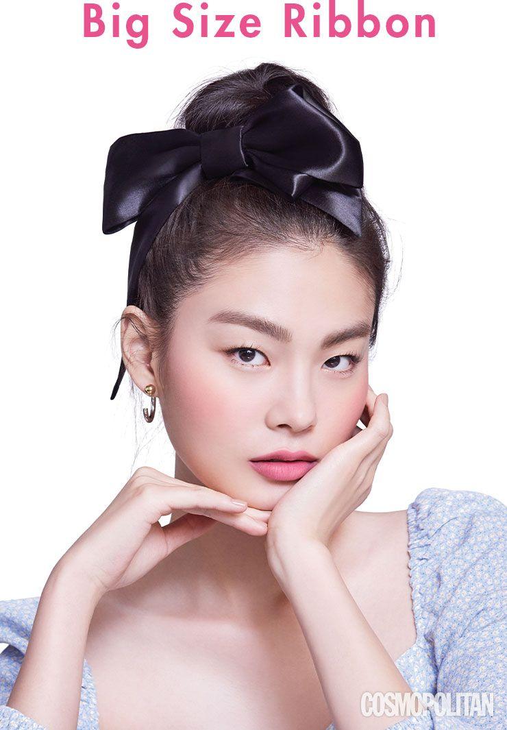 톱 H&M, 헤어핀 엘리자베스 모먼트, 이어링 타티아나 주얼리.