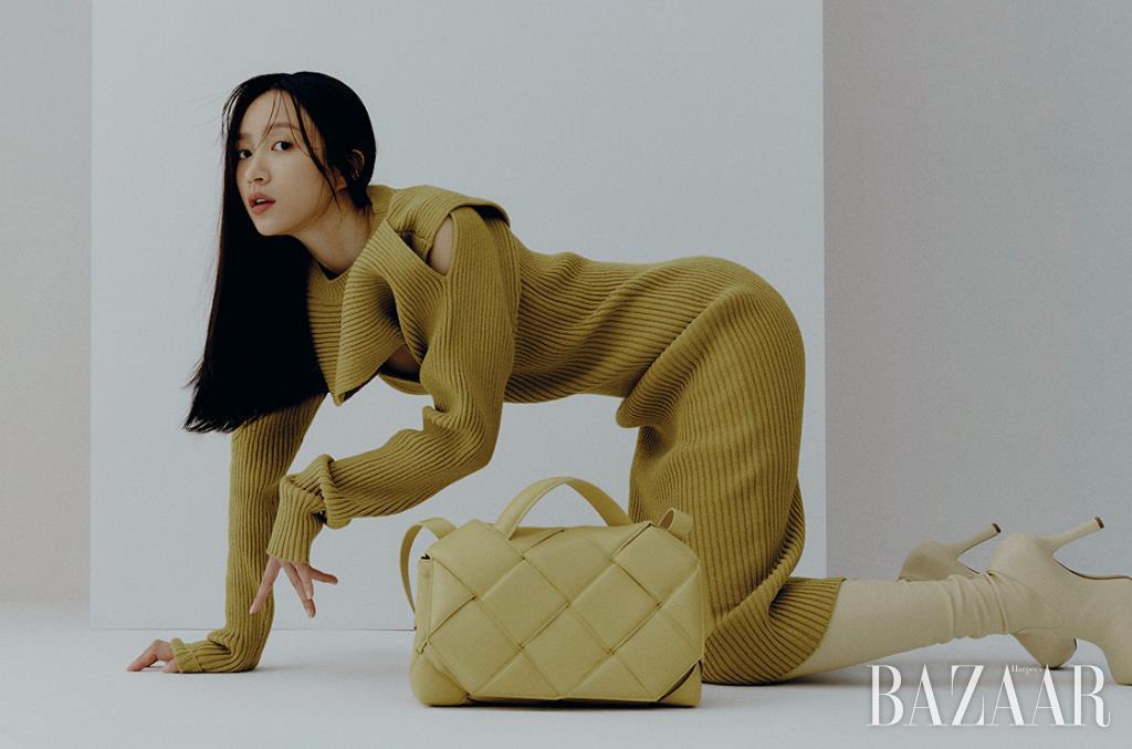 볼드한 반지는 Fendi.니트 드레스는 2백67만원, 톱 핸드백은 5백59만원대, 사이하이 부츠는 2백39만원 모두 Bottega Veneta.