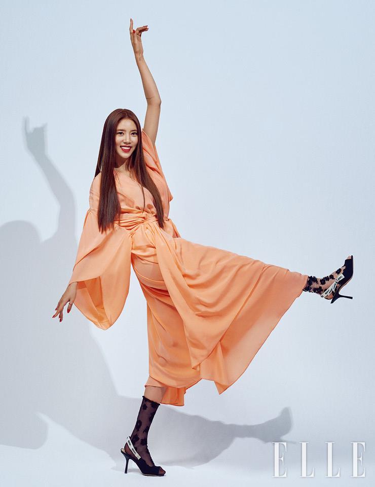 코럴 퍼프 슬리브 드레스는 Givenchy. 오픈 토 블랙 슬링백은 Dior. 플라워 패턴의 시스루 삭스는 스타일리스트 소장품.