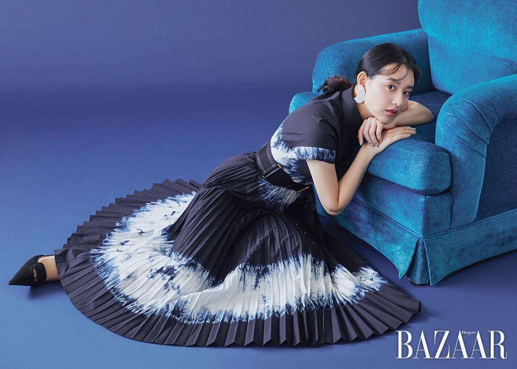 드레스, 벨트, 슬링백 슈즈는 모두 Dior. 귀고리는 Alessandra Rich by BOONTHESHOP.