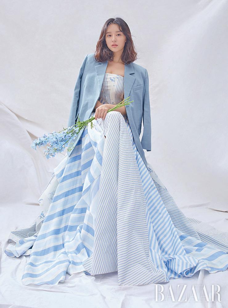 재킷은 Recto. 드레스는 Ralph Lauren Collection.