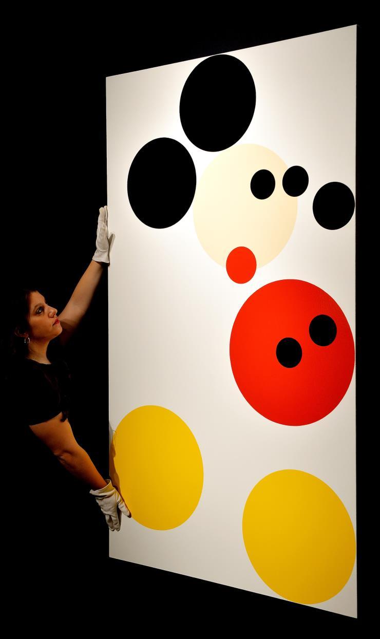 동그라미와 컬러만으로 미키마우스를 표현한 데미안 허스트의 2012년 작품 〈Mickey〉. @게티 이미지