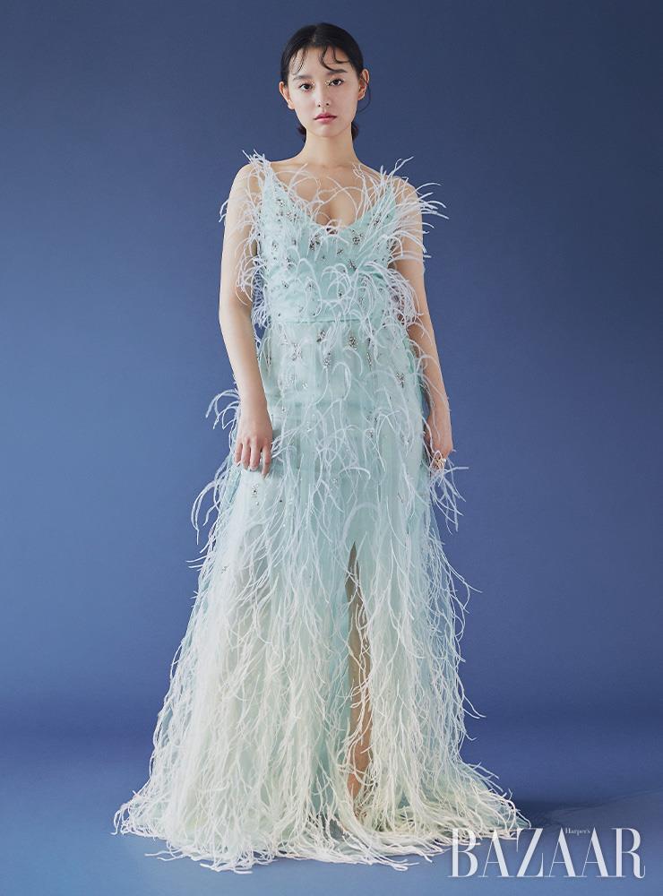드레스는 Givenchy.