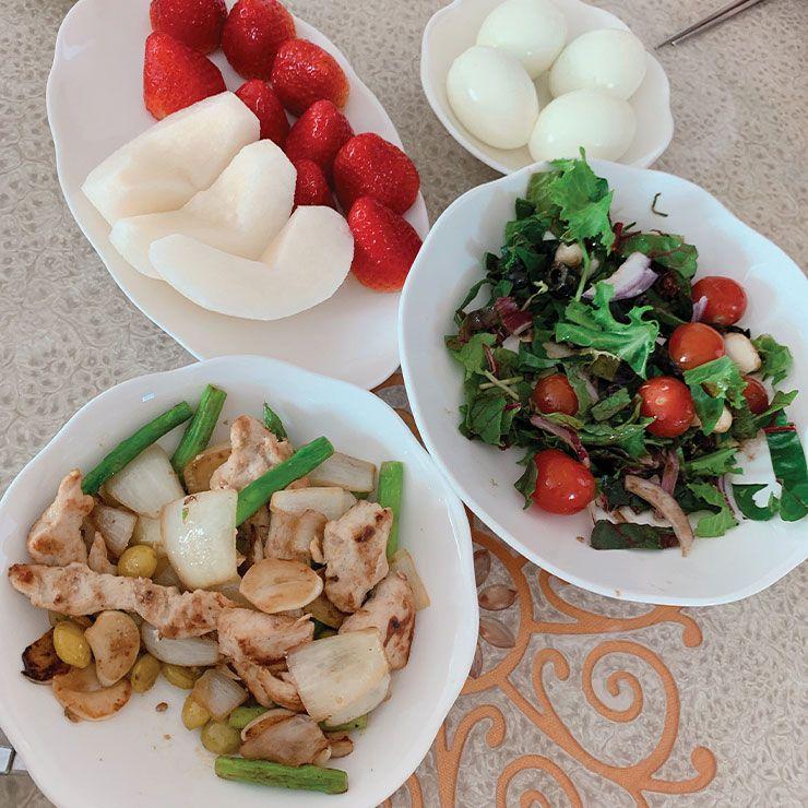 Diet Meal : 구운 소고기 등심이나 닭가슴살과 채소, 또는 두부와 고구마를 곁들인 샐러드를 주로 먹고 약간의 소금간 외에 양념은 최대한 피한다.