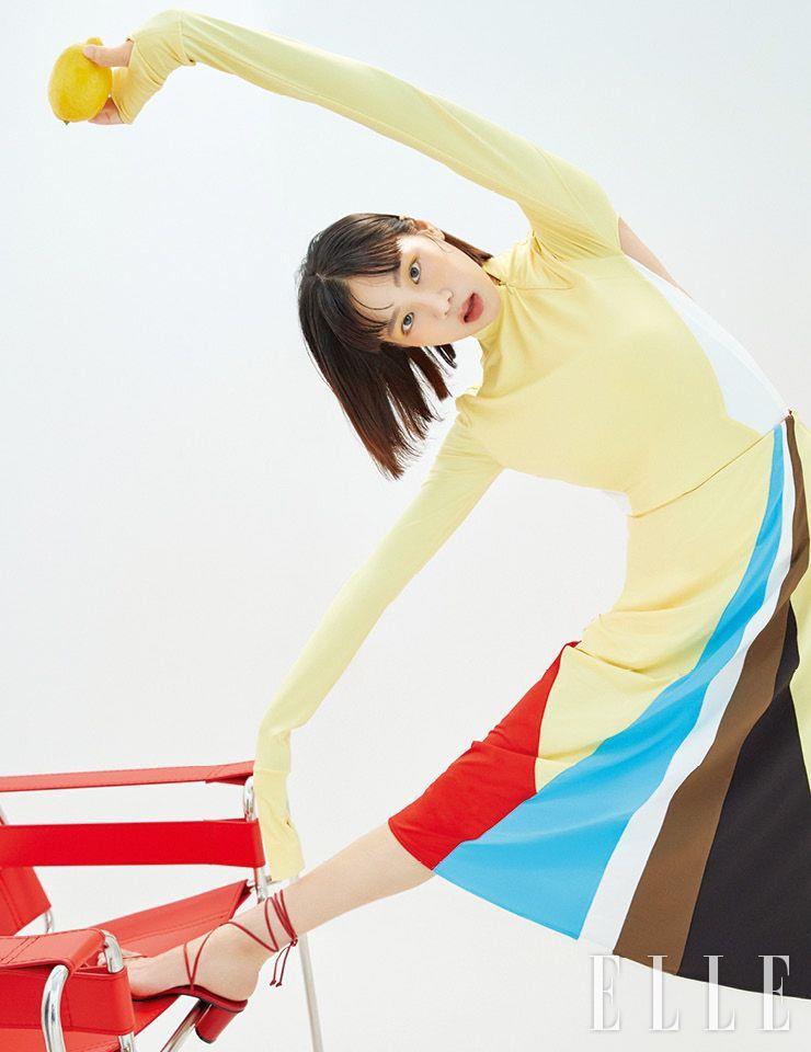 백리스 저지 톱과 컬러 배색이 돋보이는 스커트는 모두 Kijun. 레이스업 샌들은 Reike Nen.